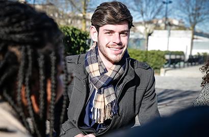 Actu EFJ - Paul réalise son rêve de devenir journaliste télévision à la rédaction de France 2